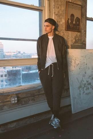 Combinar unas deportivas grises: Una cazadora de aviador en marrón oscuro y un pantalón chino en marrón oscuro son prendas que debes tener en tu armario. ¿Quieres elegir un zapato informal? Complementa tu atuendo con deportivas grises para el día.