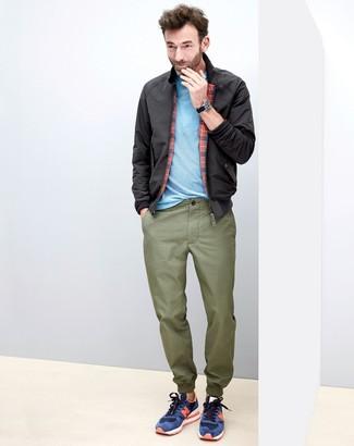 Cómo combinar: tenis de ante azul marino, pantalón chino verde oliva, camiseta con cuello circular celeste, cazadora harrington negra