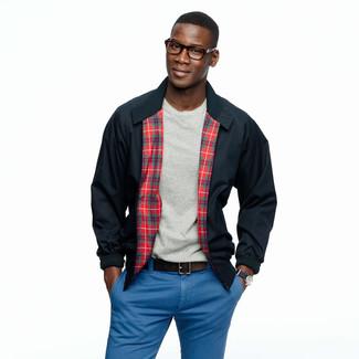 Cómo combinar: correa de cuero en marrón oscuro, pantalón chino azul, camiseta con cuello circular gris, cazadora harrington azul marino