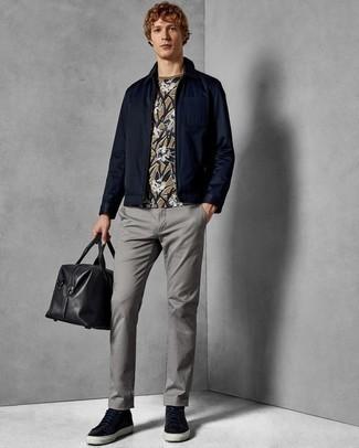Combinar una bolsa de viaje de cuero negra: Una cazadora harrington azul marino y una bolsa de viaje de cuero negra son una opción estupenda para el fin de semana. Tenis de cuero azul marino añaden la elegancia necesaria ya que, de otra forma, es un look simple.