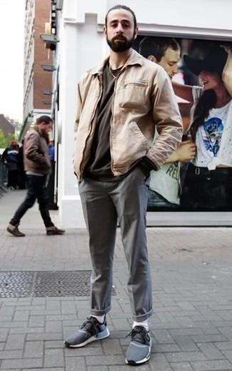 Outfits hombres: Opta por una cazadora harrington en beige y un pantalón chino gris para una vestimenta cómoda que queda muy bien junta. ¿Quieres elegir un zapato informal? Elige un par de deportivas azul marino para el día.