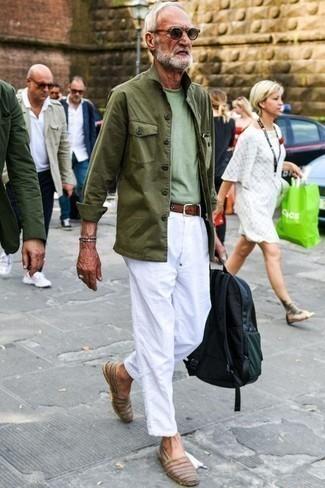 Moda para hombres de 60 años: Para un atuendo que esté lleno de caracter y personalidad equípate una chaqueta campo verde oliva junto a un pantalón chino blanco. Alpargatas de cuero marrónes son una opción inigualable para completar este atuendo.