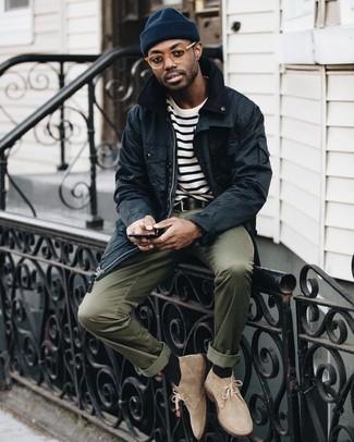 Cómo combinar: botas safari de ante en beige, pantalón chino verde oliva, camiseta con cuello circular de rayas horizontales en blanco y negro, chaqueta con cuello y botones negra