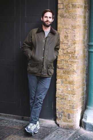 Outfits hombres: Intenta ponerse una chaqueta con cuello y botones verde oscuro y un pantalón chino azul marino para un look diario sin parecer demasiado arreglada. Si no quieres vestir totalmente formal, haz tenis de ante azul marino tu calzado.