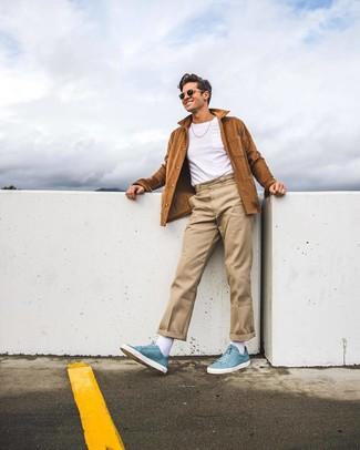 Combinar una chaqueta estilo camisa de ante marrón: Ponte una chaqueta estilo camisa de ante marrón y un pantalón chino en beige para un lindo look para el trabajo. ¿Quieres elegir un zapato informal? Opta por un par de zapatillas altas de cuero celestes para el día.