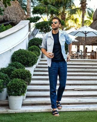 Cómo combinar: sandalias de cuero azul marino, pantalón chino azul marino, camiseta con cuello circular azul marino, chaqueta estilo camisa de rayas verticales celeste