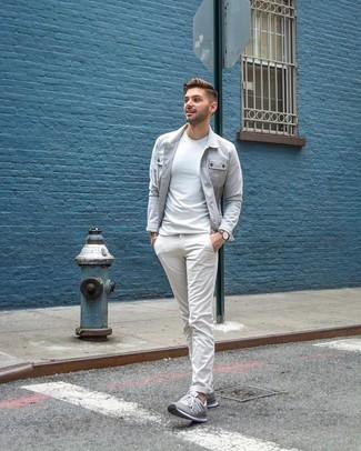 Cómo combinar: tenis grises, pantalón chino blanco, camiseta con cuello circular blanca, chaqueta estilo camisa gris