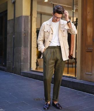 Cómo combinar: mocasín de cuero negro, pantalón chino de lino verde oliva, camiseta con cuello circular blanca, chaqueta estilo camisa de lino en beige