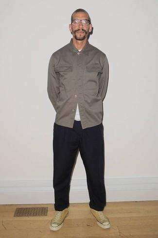 Combinar una chaqueta estilo camisa gris: Intenta combinar una chaqueta estilo camisa gris junto a un pantalón chino negro para crear un estilo informal elegante. ¿Quieres elegir un zapato informal? Complementa tu atuendo con tenis de lona mostaza para el día.