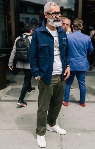 Combinar unos tenis blancos: Emparejar una chaqueta estilo camisa azul marino con un pantalón chino verde oliva es una opción incomparable para un día en la oficina. Tenis blancos resaltaran una combinación tan clásico.