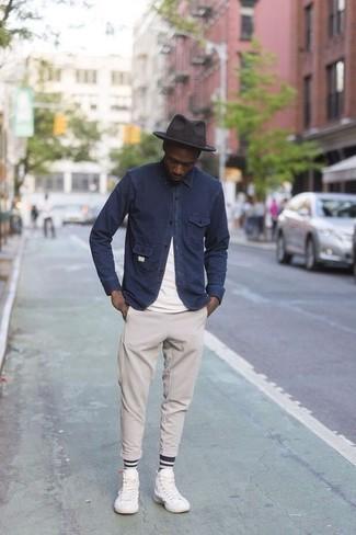 Combinar un sombrero de lana en gris oscuro: Una chaqueta estilo camisa azul marino y un sombrero de lana en gris oscuro son una opción excelente para el fin de semana. Zapatillas altas de lona blancas son una opción muy buena para complementar tu atuendo.