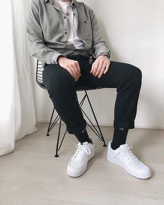 Combinar una chaqueta estilo camisa gris: Ponte una chaqueta estilo camisa gris y un pantalón chino negro para el after office. ¿Quieres elegir un zapato informal? Elige un par de tenis de cuero blancos para el día.