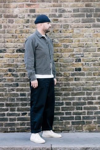 Combinar una chaqueta estilo camisa gris: Empareja una chaqueta estilo camisa gris junto a un pantalón chino azul marino para las 8 horas. ¿Quieres elegir un zapato informal? Opta por un par de zapatillas altas de lona blancas para el día.