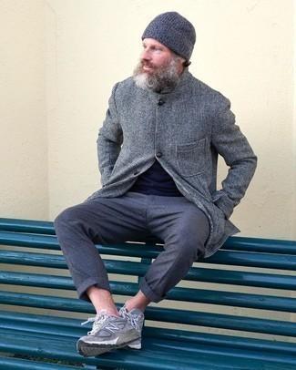 Combinar una chaqueta estilo camisa gris: Opta por una chaqueta estilo camisa gris y un pantalón chino azul marino para el after office. Si no quieres vestir totalmente formal, complementa tu atuendo con deportivas grises.