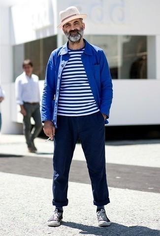 Combinar un sombrero de paja en beige: Una chaqueta estilo camisa azul y un sombrero de paja en beige son una opción grandiosa para el fin de semana. Con el calzado, sé más clásico y elige un par de tenis de lona en negro y blanco.