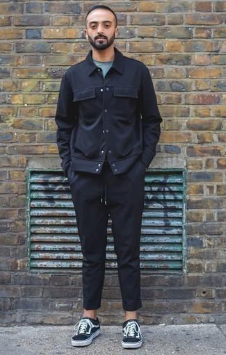 Combinar unos calcetines invisibles negros: Opta por una chaqueta estilo camisa azul marino y unos calcetines invisibles negros transmitirán una vibra libre y relajada. Tenis de lona en azul marino y blanco son una forma sencilla de mejorar tu look.