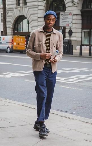Combinar un gorro azul: Empareja una chaqueta estilo camisa marrón claro junto a un gorro azul transmitirán una vibra libre y relajada. Deportivas negras son una opción grandiosa para complementar tu atuendo.