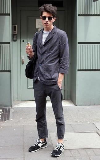 Combinar una bolsa tote de lona negra: Emparejar una chaqueta estilo camisa en gris oscuro con una bolsa tote de lona negra es una opción atractiva para el fin de semana. Deportivas en negro y blanco son una opción inigualable para completar este atuendo.