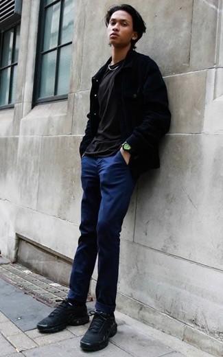 Combinar un reloj negro: Opta por una chaqueta estilo camisa azul marino y un reloj negro transmitirán una vibra libre y relajada. Deportivas negras son una opción inmejorable para complementar tu atuendo.
