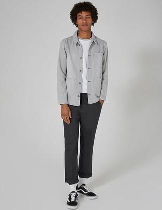 Combinar una chaqueta estilo camisa gris: Usa una chaqueta estilo camisa gris y un pantalón chino en gris oscuro para un lindo look para el trabajo. Tenis de lona en negro y blanco añadirán interés a un estilo clásico.