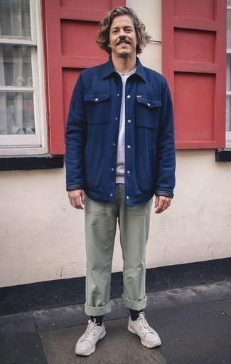 Combinar unos calcetines azul marino: Una chaqueta estilo camisa azul marino y unos calcetines azul marino son tu atuendo para salir los días de descanso. Deportivas blancas son una opción perfecta para complementar tu atuendo.