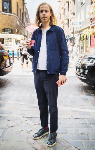 Combinar unos calcetines burdeos: Intenta ponerse una chaqueta estilo camisa azul marino y unos calcetines burdeos transmitirán una vibra libre y relajada. Con el calzado, sé más clásico y haz tenis de cuero negros tu calzado.
