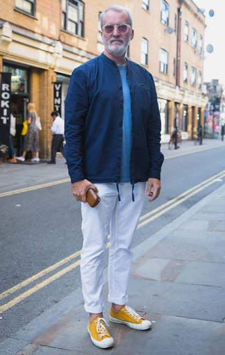 Combinar una chaqueta estilo camisa azul marino en clima cálido: Elige una chaqueta estilo camisa azul marino y un pantalón chino blanco para lograr un look de vestir pero no muy formal. ¿Quieres elegir un zapato informal? Haz tenis de lona mostaza tu calzado para el día.