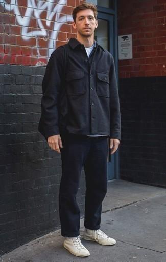 Combinar unas zapatillas altas de lona blancas: Elige una chaqueta estilo camisa de lana negra y un pantalón chino azul marino para las 8 horas. Si no quieres vestir totalmente formal, opta por un par de zapatillas altas de lona blancas.