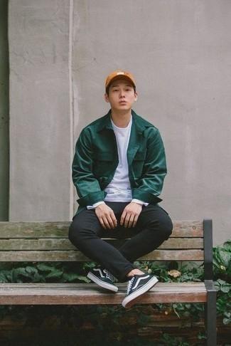 Moda para hombres adolescentes: Empareja una chaqueta estilo camisa verde oscuro junto a un pantalón chino negro para después del trabajo. ¿Quieres elegir un zapato informal? Haz tenis de lona en negro y blanco tu calzado para el día.
