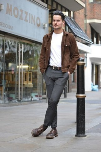 Combinar unos calcetines en marrón oscuro: Para un atuendo tan cómodo como tu sillón considera emparejar una chaqueta estilo camisa de pana marrón junto a unos calcetines en marrón oscuro. Con el calzado, sé más clásico y usa un par de zapatos derby de cuero marrónes.