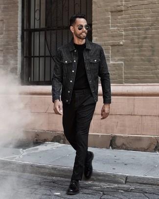 Combinar unos zapatos derby de cuero negros: Empareja una chaqueta estilo camisa de rayas verticales negra junto a un pantalón chino de rayas verticales negro para lidiar sin esfuerzo con lo que sea que te traiga el día. Zapatos derby de cuero negros son una forma sencilla de mejorar tu look.