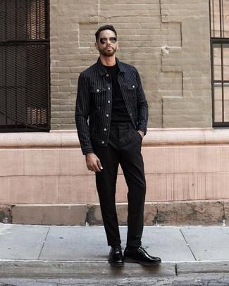 Combinar unos zapatos derby de cuero negros: Considera ponerse una chaqueta estilo camisa de rayas verticales negra y un pantalón chino de rayas verticales negro para un almuerzo en domingo con amigos. Usa un par de zapatos derby de cuero negros para mostrar tu inteligencia sartorial.