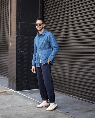 Outfits hombres en clima cálido: Considera ponerse una chaqueta estilo camisa vaquera azul y un pantalón chino azul marino para un lindo look para el trabajo. ¿Quieres elegir un zapato informal? Usa un par de tenis de lona en blanco y azul marino para el día.