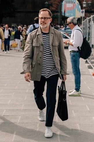 Outfits hombres: Considera emparejar una chaqueta militar gris con un pantalón chino negro para cualquier sorpresa que haya en el día. Haz este look más informal con tenis blancos.