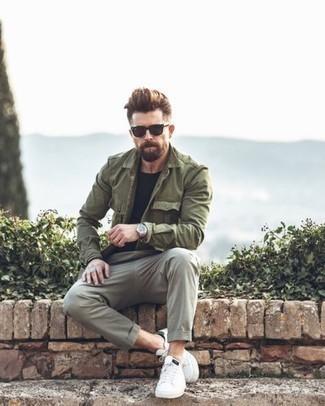 Combinar un pantalón chino gris: Casa una chaqueta militar verde oliva junto a un pantalón chino gris para cualquier sorpresa que haya en el día. Para darle un toque relax a tu outfit utiliza tenis de cuero blancos.