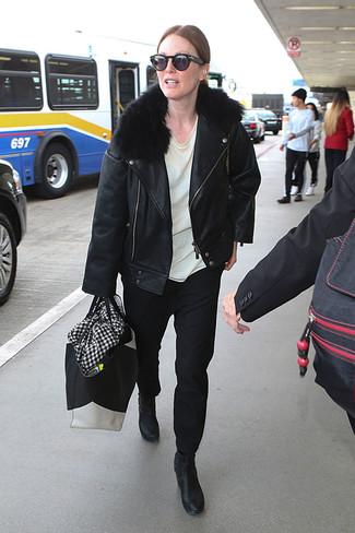 Cómo combinar: botines de cuero negros, pantalón chino negro, camiseta con cuello circular blanca, chaqueta motera de cuero negra
