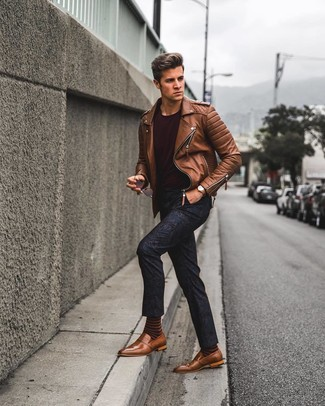 Cómo combinar: mocasín de cuero marrón, pantalón chino con print de flores azul marino, camiseta con cuello circular burdeos, chaqueta motera de cuero marrón