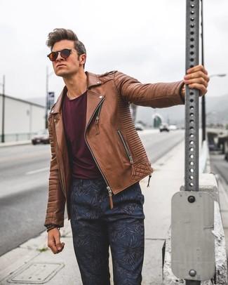 Combinar una pulsera en marrón oscuro: Ponte una chaqueta motera de cuero marrón y una pulsera en marrón oscuro para un look agradable de fin de semana.
