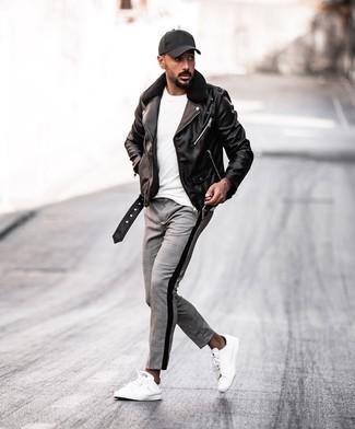 Cómo combinar: tenis de cuero blancos, pantalón chino de tartán gris, camiseta con cuello circular blanca, chaqueta motera de cuero negra