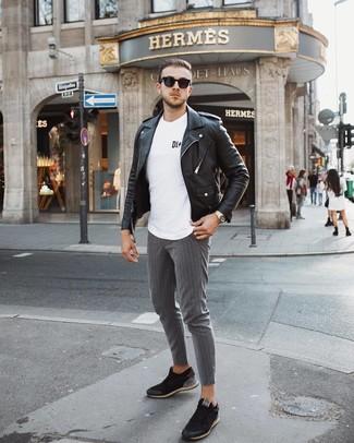 Cómo combinar: tenis negros, pantalón chino de rayas verticales gris, camiseta con cuello circular estampada en blanco y negro, chaqueta motera de cuero negra