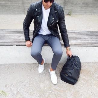 Cómo combinar: tenis blancos, pantalón chino gris, camiseta con cuello circular blanca, chaqueta motera de cuero negra