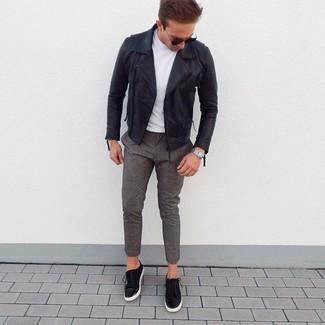 Cómo combinar: tenis de ante negros, pantalón chino de lana gris, camiseta con cuello circular blanca, chaqueta motera de cuero negra