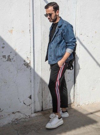 Cómo combinar: tenis de cuero blancos, pantalón chino de rayas verticales negro, camiseta con cuello circular negra, chaqueta vaquera azul