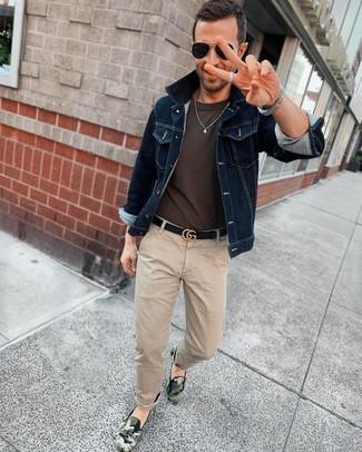 Cómo combinar: zapatillas slip-on de camuflaje verde oscuro, pantalón chino en beige, camiseta con cuello circular en gris oscuro, chaqueta vaquera azul marino