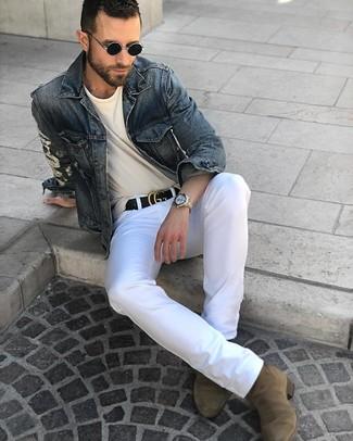 Cómo combinar: botines chelsea de ante verde oliva, pantalón chino blanco, camiseta con cuello circular en beige, chaqueta vaquera azul marino