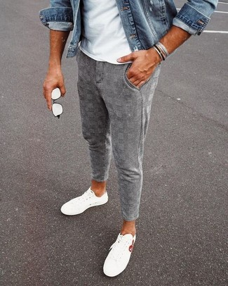 Cómo combinar: tenis blancos, pantalón chino de tartán gris, camiseta con cuello circular blanca, chaqueta vaquera azul