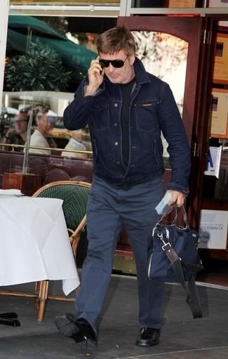 Cómo combinar: mocasín de cuero negro, pantalón chino azul marino, camiseta con cuello circular negra, chaqueta vaquera azul marino