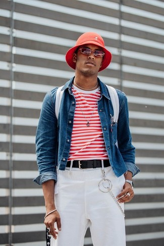 Cómo combinar: mochila de lona blanca, pantalón chino blanco, camiseta con cuello circular de rayas horizontales en blanco y rojo, chaqueta vaquera azul