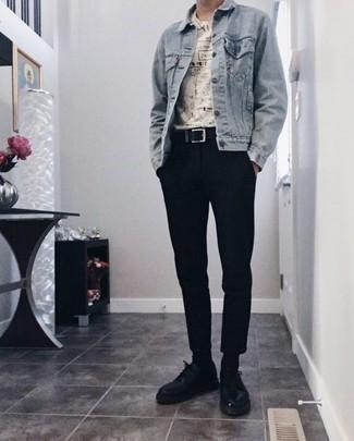 Combinar unos calcetines negros: Mantén tu atuendo relajado con una chaqueta vaquera celeste y unos calcetines negros. ¿Por qué no ponerse zapatos derby de cuero negros a la combinación para dar una sensación más clásica?