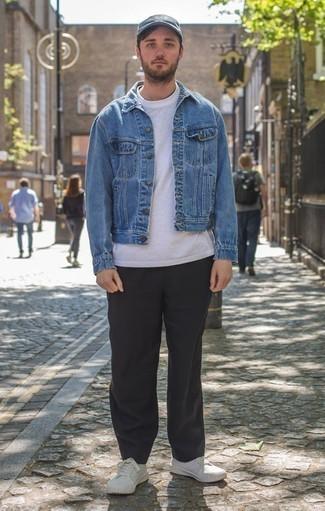 Combinar una chaqueta vaquera azul: Para un atuendo que esté lleno de caracter y personalidad empareja una chaqueta vaquera azul con un pantalón chino negro. Si no quieres vestir totalmente formal, haz tenis de lona blancos tu calzado.